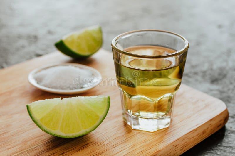 Tequilaskott, mexikanska alkoholiserade starka drinkar och stycken av limefrukt med salt i Mexiko arkivfoto