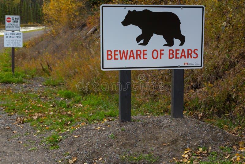 Ter cuidado com o sinal dos ursos imagens de stock