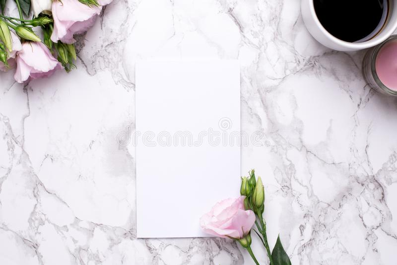 Teraźniejsza karta z menchii kawą na marmurowym tle i kwiatami obrazy stock