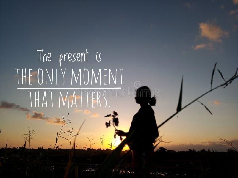 Teraźniejszość jest jedynym momentem sylwetka wizerunek z tekst wyceny słowami mądrość który liczy się, obraz stock