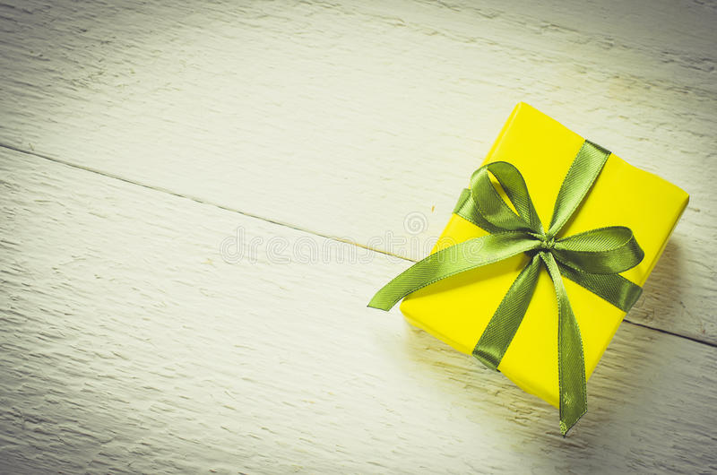 Teraźniejszość na drewnianym tle Macierzysty ` s dzień, walentynki ` s lub urodziny pojęcie, obraz royalty free