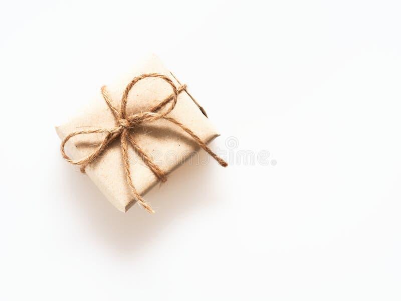 Teraźniejszości lub prezenta pudełko zawijający szorstkim brązem przetwarzał papier i wiązał z brown konopianą arkaną jako fabore zdjęcie stock