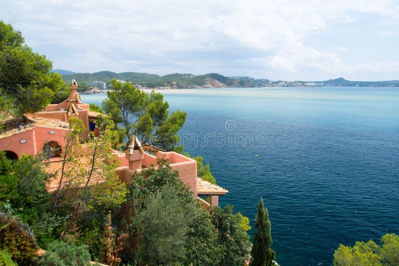 Terace et balcon de villa de Hause d'été sur le côté de mer de Majorque image stock