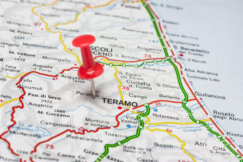 Teramo steckte auf eine Karte von Italien fest stockbild