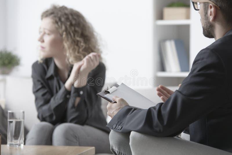 Terapeut med kvinnan royaltyfria bilder