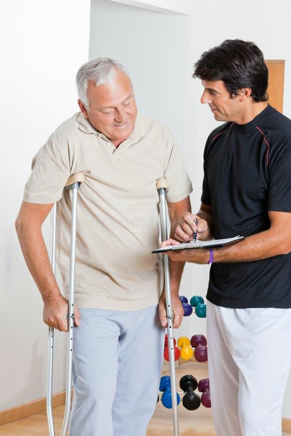 Terapeut With Senior Man royaltyfria foton
