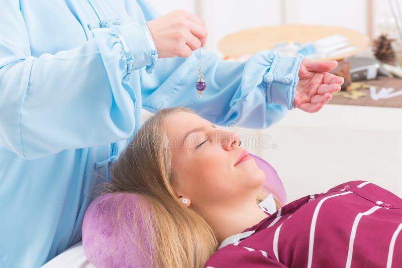 Terapeut som använder klockpendeln royaltyfri bild