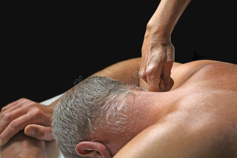 Terapeut som applicerar tryck till klients hals arkivbild