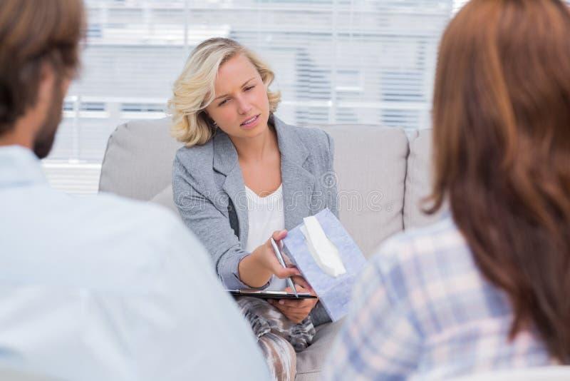 Terapeut som ger silkespappret till en kvinna royaltyfria bilder