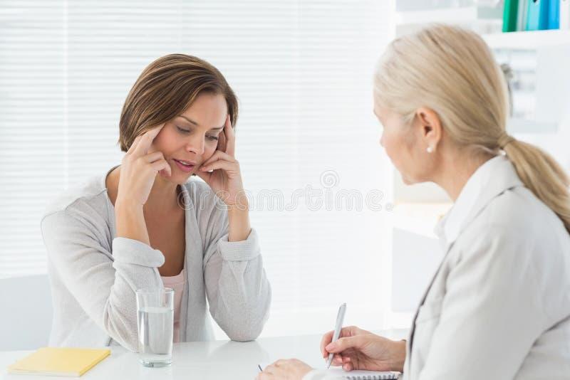 Terapeut som lyssnar till hennes patient royaltyfri fotografi
