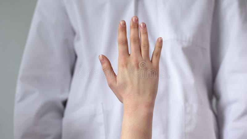 Terapeut som ser den tålmodiga handleden som bedömer stränghet av skadan, closeup arkivbilder