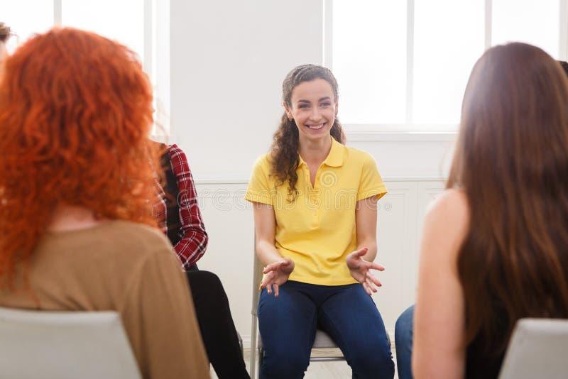 Terapeut som talar med en grupp på terapiperioden royaltyfri bild