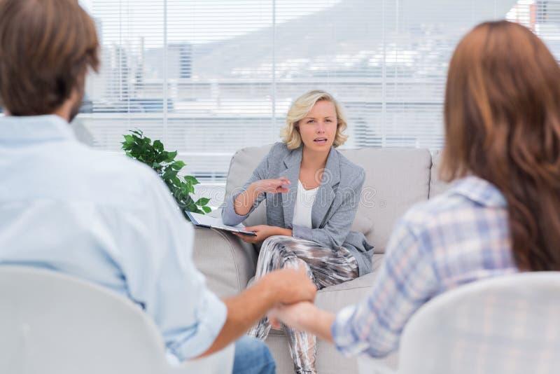 Terapeut som talar till ett par arkivfoto