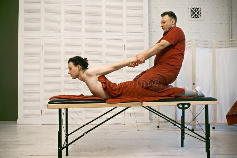 Terapeut som tillbaka drar tålmodig sideview arkivbild