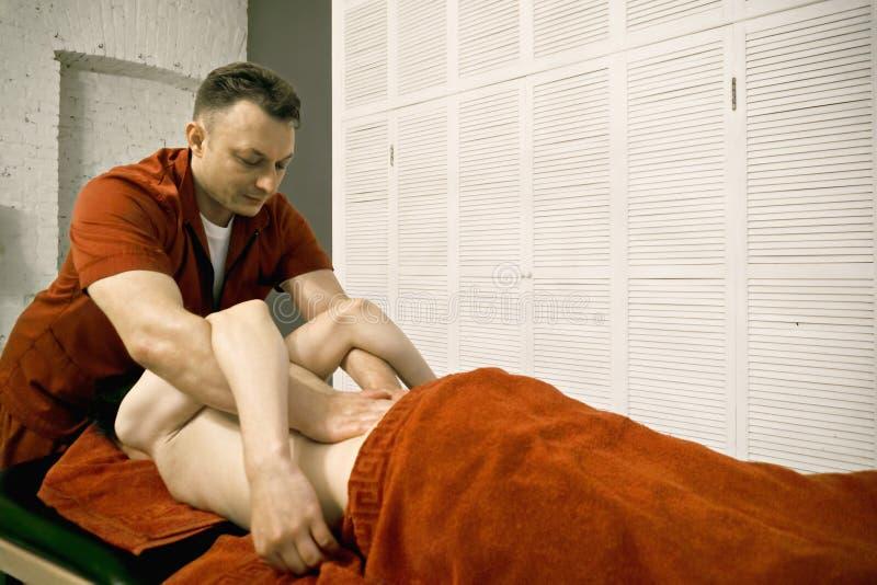 Terapeut som trycker på på baksida royaltyfria bilder