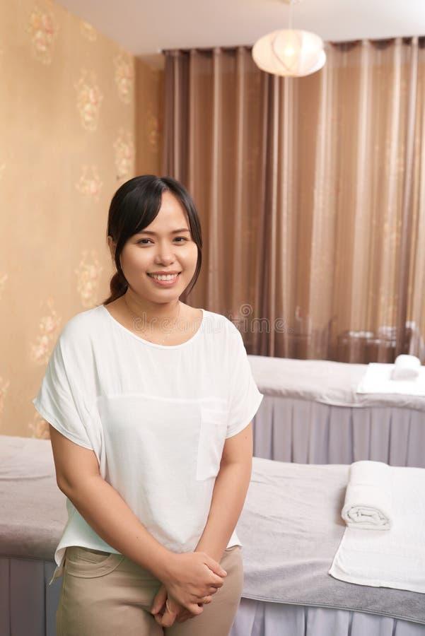 Terapeuta del masaje que trabaja en salón del balneario imagen de archivo