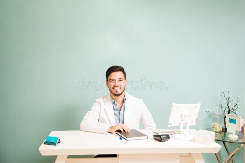 Terapeuta feliz en un mostrador foto de archivo