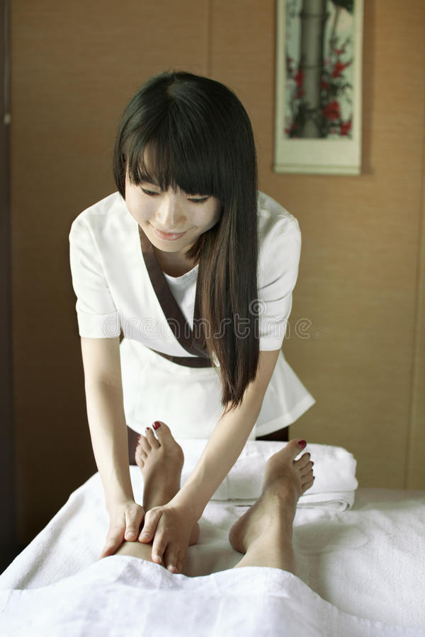 Terapeuta Massaging Feet da massagem foto de stock royalty free