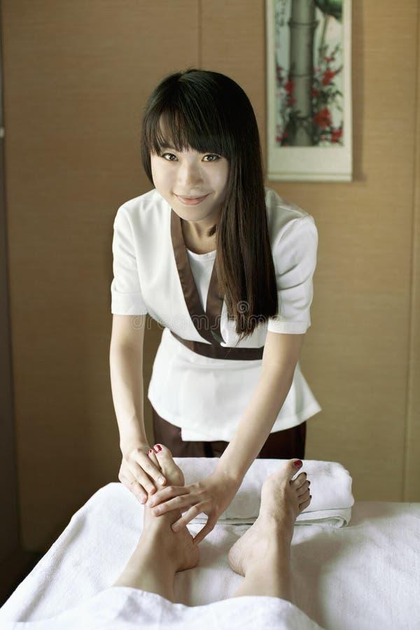 Terapeuta Massaging Feet da massagem fotos de stock