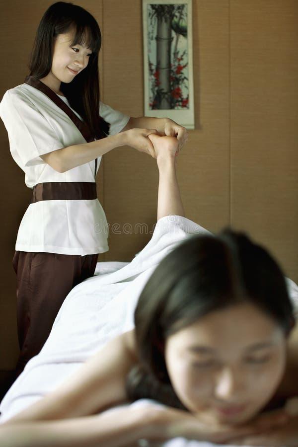 Terapeuta Massaging Feet da massagem fotografia de stock