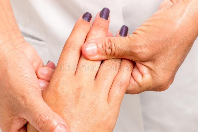 Terapeuta Massaging Giving da massagem uma massagem da mão fotos de stock