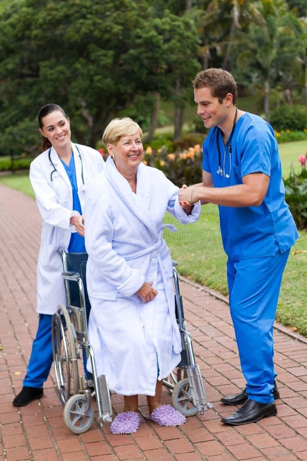 terapeuta pomaga cierpliwy fizyczny spacer obraz royalty free