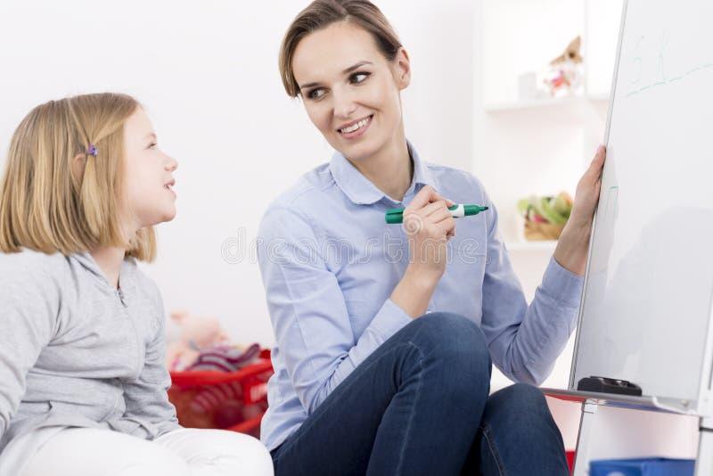 Terapeuta pracuje z ADHD dziewczyną obrazy royalty free