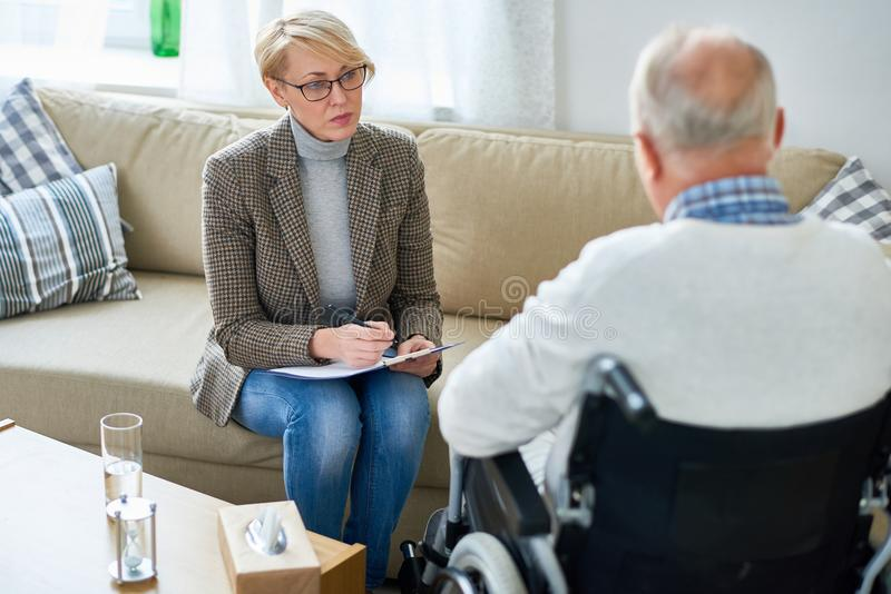 Terapeuta Pracuje z Starszym pacjentem fotografia royalty free