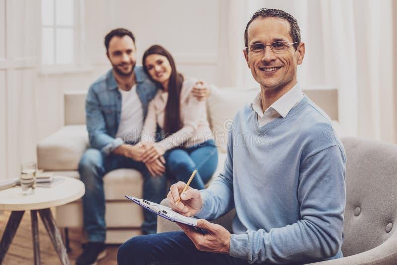Terapeuta profissional da família que ajuda seus pacientes fotografia de stock