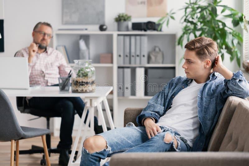 Terapeuta profissional e adolescente que ignoram o durante a reuni?o apontada imagens de stock royalty free