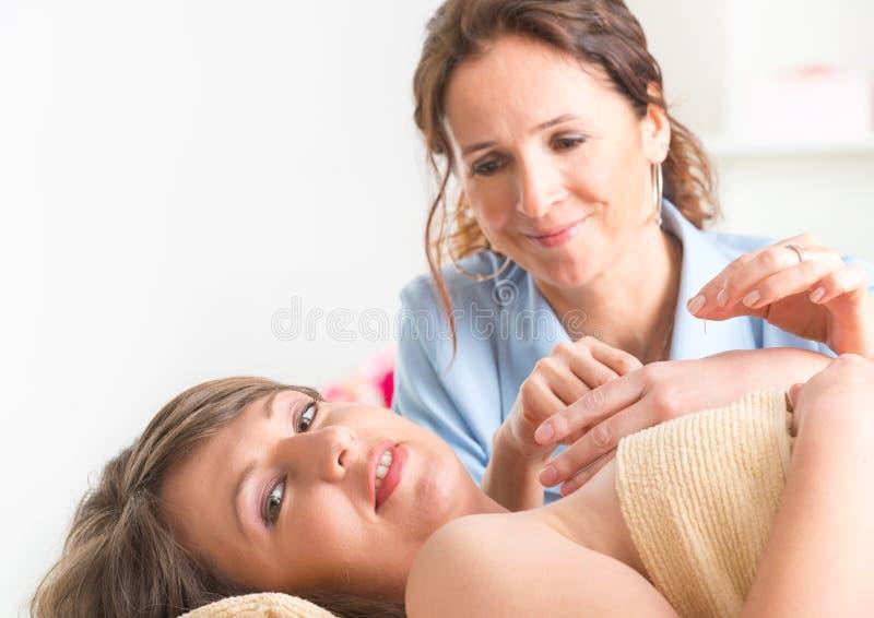 Terapeuta que aplica a agulha da acupuntura fotos de stock royalty free