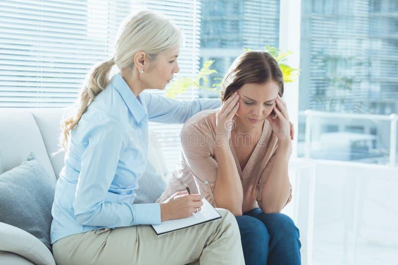 Terapeuta que conforta a su paciente fotografía de archivo