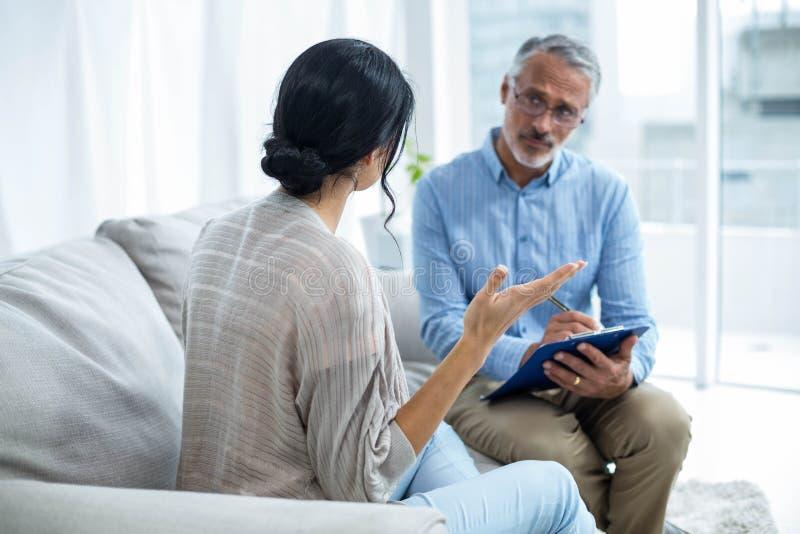 Terapeuta que consola uma mulher foto de stock royalty free