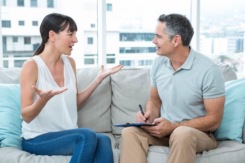 Terapeuta que consola uma mulher fotos de stock royalty free
