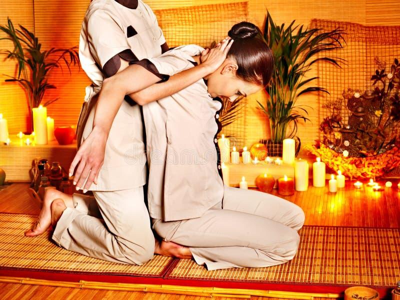 Terapeuta que da estirando masaje a la mujer. fotos de archivo libres de regalías