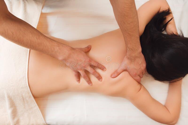 Terapeuta que faz o tratamento cura na parte traseira da mulher fotos de stock