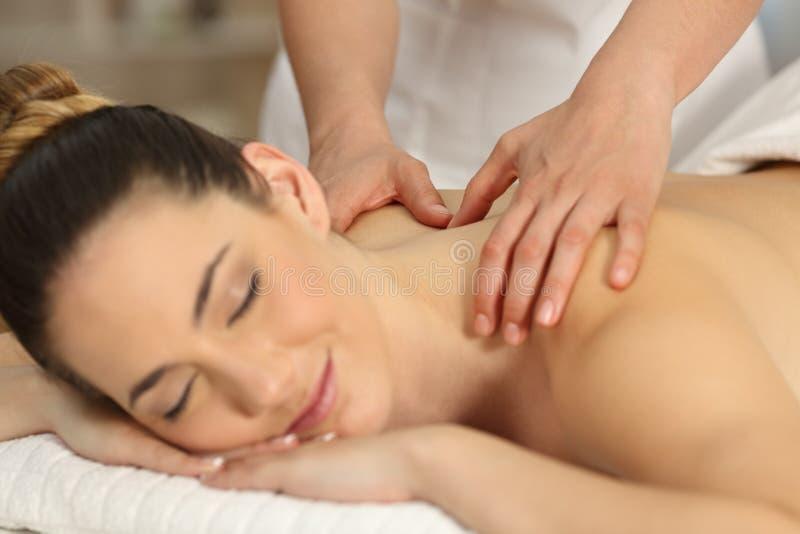 Terapeuta que tem uma massagem a um paciente imagem de stock