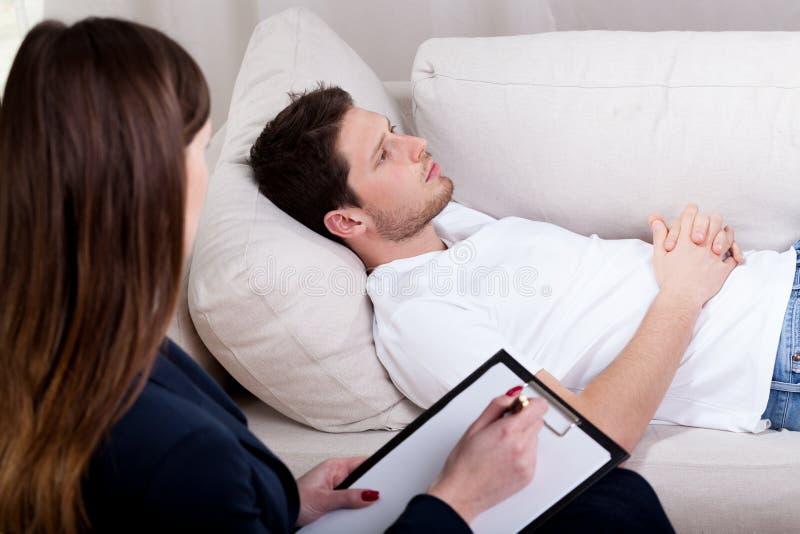 Terapeuta que trabaja con el paciente en hipnosis
