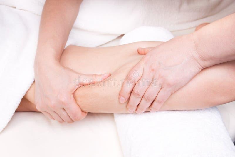 Terapeuta robi antemu celulitisu masażowi zdjęcie stock