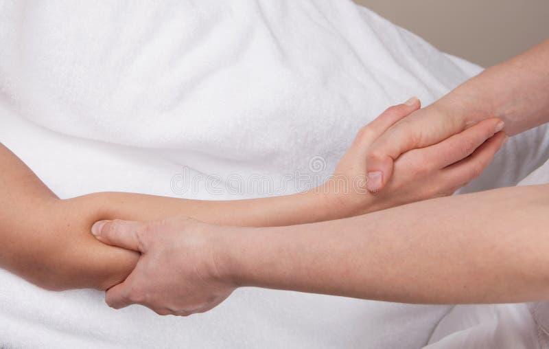 Terapeuta robi głębokiemu tkankowemu wyzdrowienie masażowi obraz stock