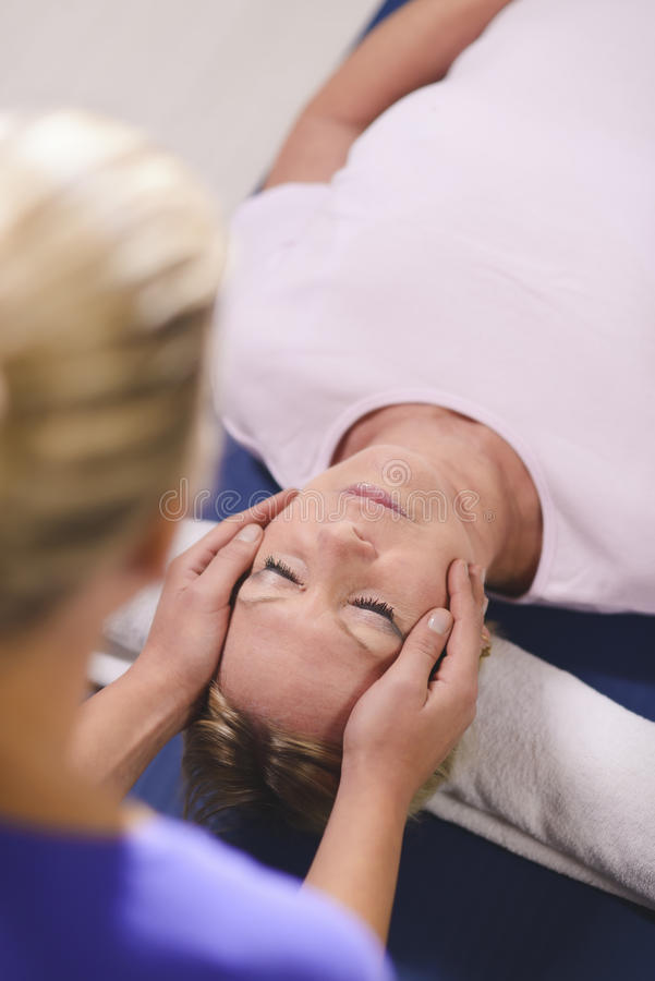 Terapeuta robi reiki terapii starsza kobieta obraz stock
