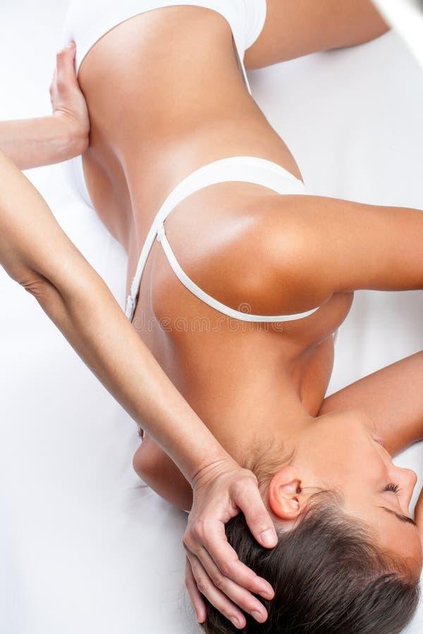Terapeuta robi trzewiowemu kręgosłupa traktowaniu na kobiecie zdjęcie stock