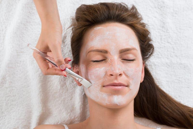 Terapeuta stosuje twarzy maskę kobieta obraz royalty free