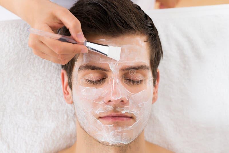 Terapeuta Stosuje twarzy maskę mężczyzna obraz royalty free