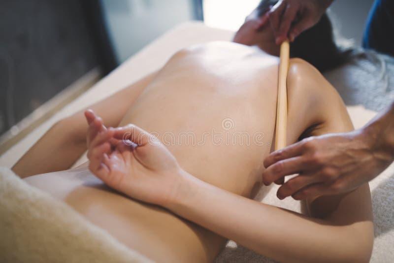 Terapeuta tailandês da massagem que trata o paciente imagem de stock royalty free