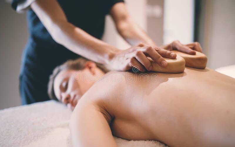 Terapeuta tailandês da massagem que trata o paciente fotos de stock royalty free
