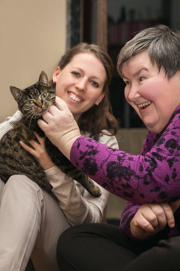 Terapeutici assistiti animale per un'inabilità sviluppano la donna immagini stock