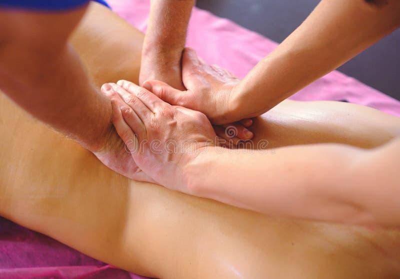 Terapeutisk tillbaka massage i fyra händer, dränering, utbildning och övning, händer som tillbaka gör massage royaltyfri foto