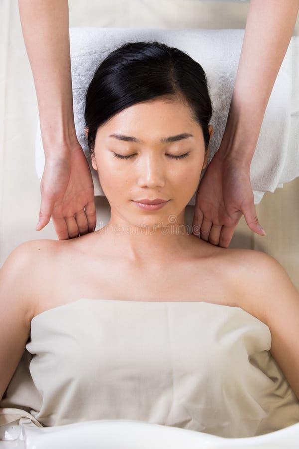 Terapi f?r Ayurvedic huvudmassage p? den ansikts- pannan royaltyfri fotografi