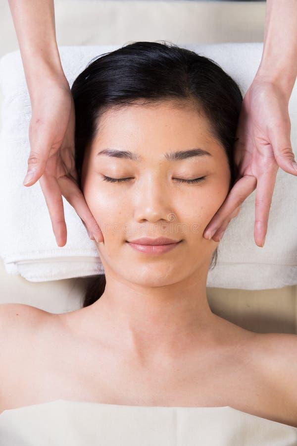 Terapi f?r Ayurvedic huvudmassage p? den ansikts- pannan royaltyfri bild